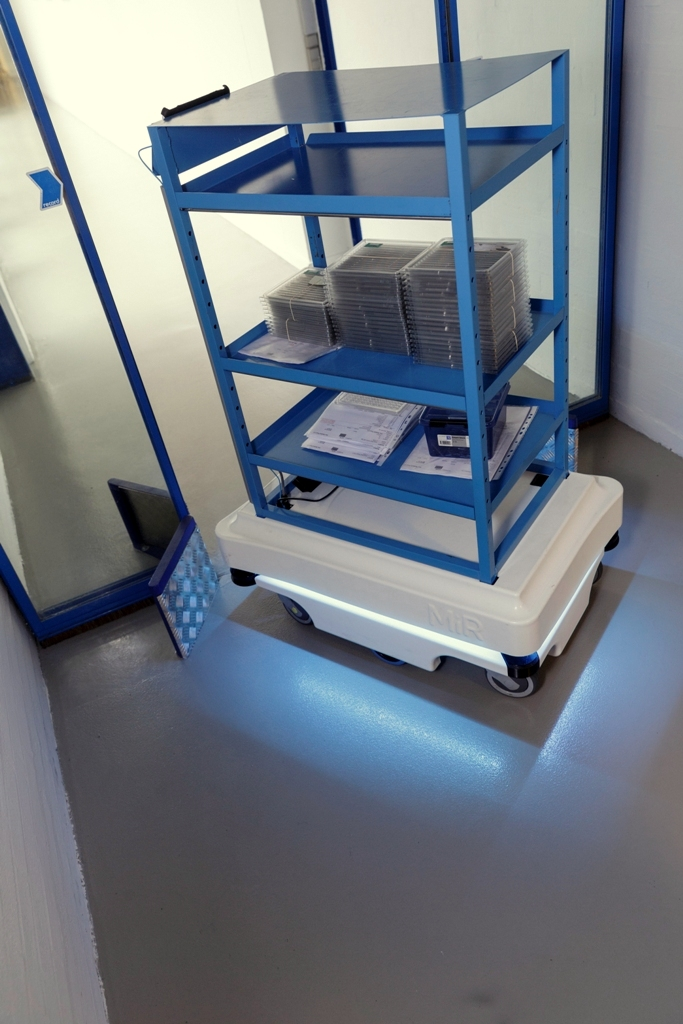 mir zacobria mobile-industrial-robots agv carry goods 2