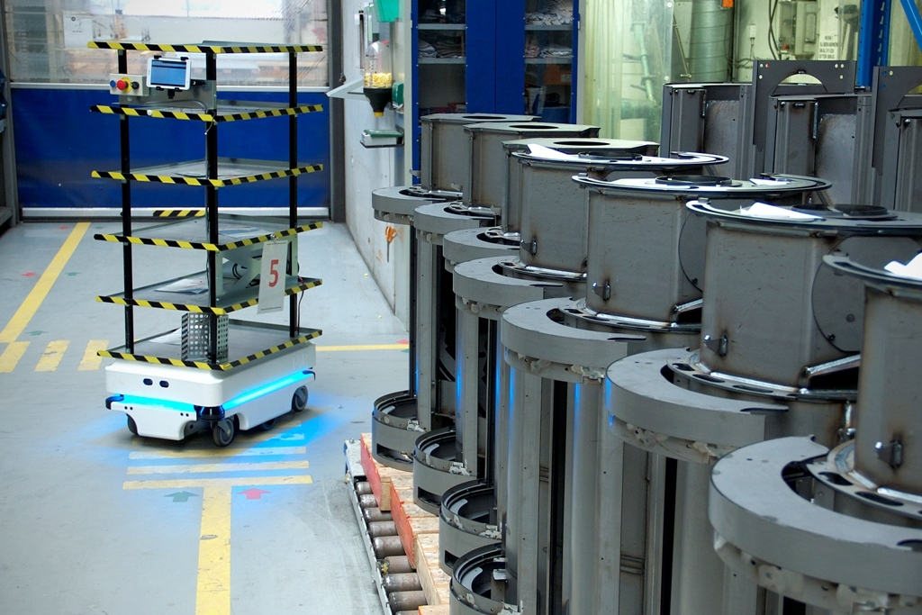 zacobria mobile-industrial-robots agv at warehouse mir 100