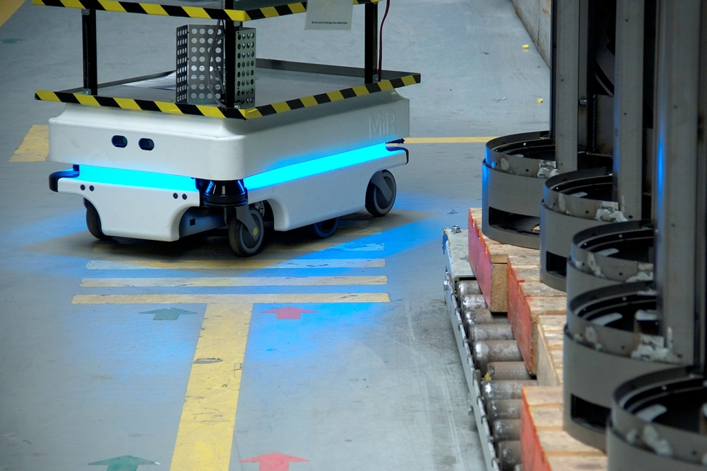 mir zacobria mobile-industrial-robots agv warehouse store 2